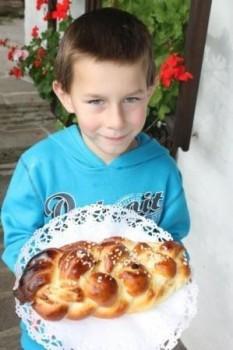 Matthias mit seinem Allerheiligenstriezel