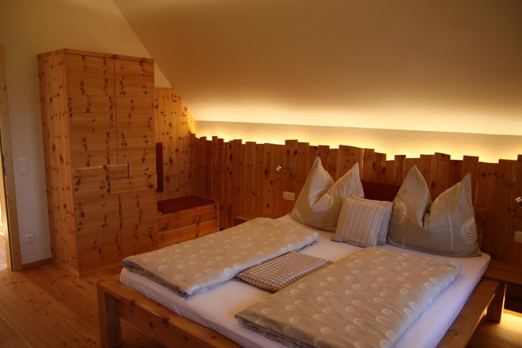 bett aus zirbenholz preis hippes holz drei unternehmen. Black Bedroom Furniture Sets. Home Design Ideas
