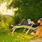 Erholen und Lesen beim Sonnenuntergang im Naturpark Pöllauer Tal